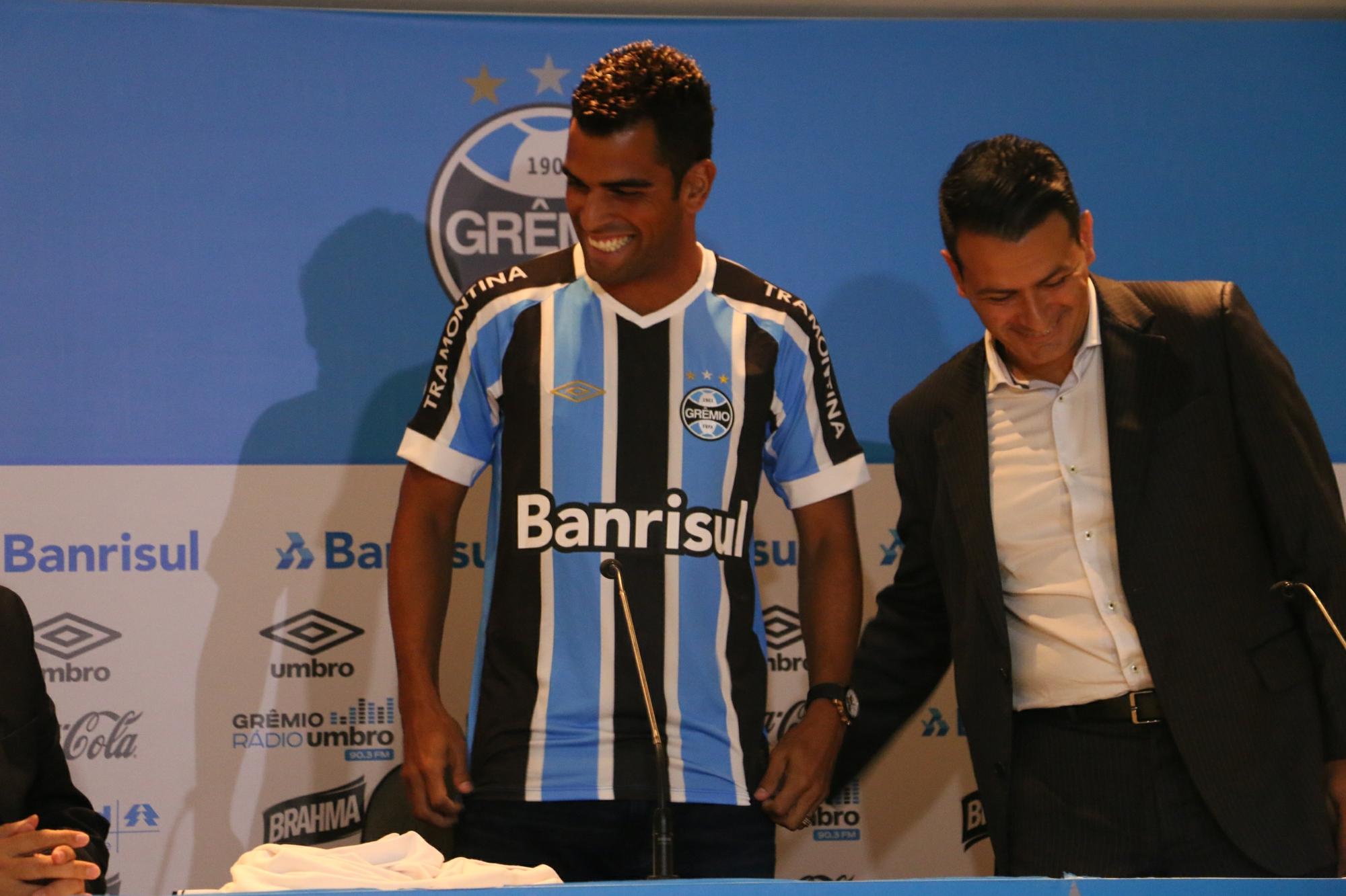 b20844f396 Maicon veste a camisa do Grêmio e minimiza pressão