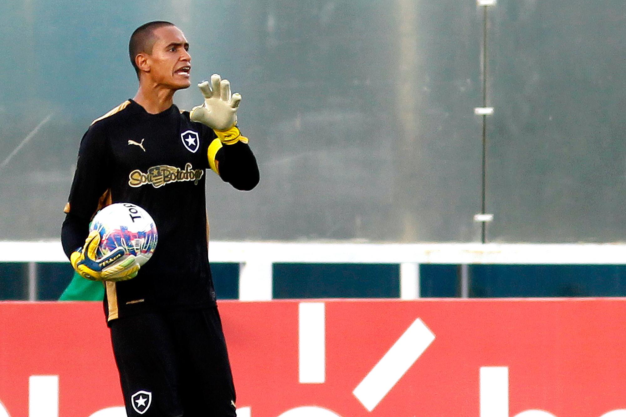 fdfbc686b2234 Goleiro Renan chega a acordo com o Botafogo e não fica em 2016