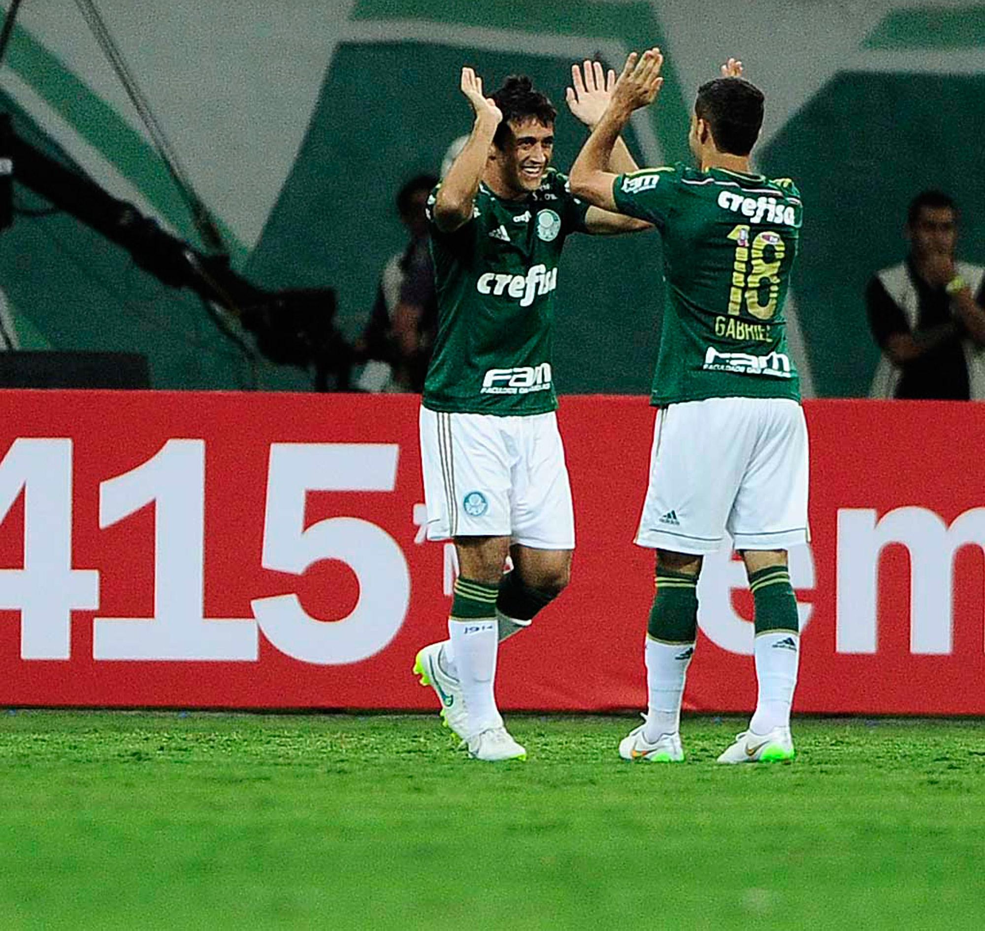 457d7304c2 Palmeiras atropela o São Paulo em noite de golaços