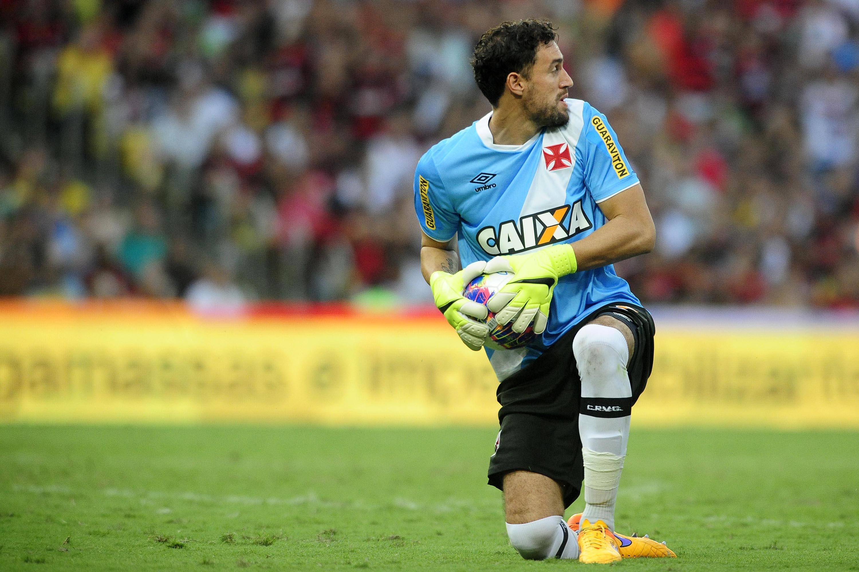 54b67c6cf4 Martín Silva se apresenta com dores e fica fora do clássico com Flamengo