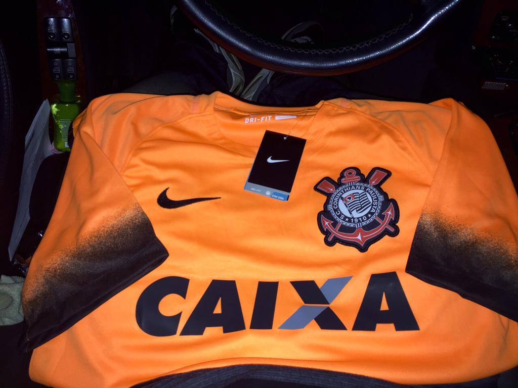 Corinthians promete grande festa nesta quarta para lançar camisa laranja 4d1fcade18759