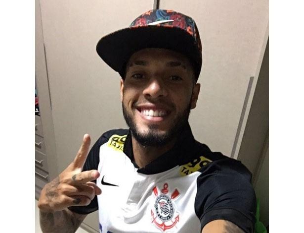 76c4fa5f79b0 Modesto adia anúncio e minimiza foto de Paulinho com a camisa corintiana