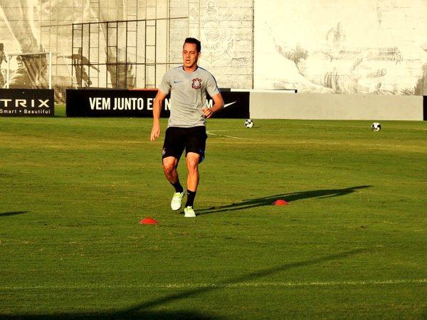 3265ca7c6a35c Rodriguinho reaparece no Corinthians