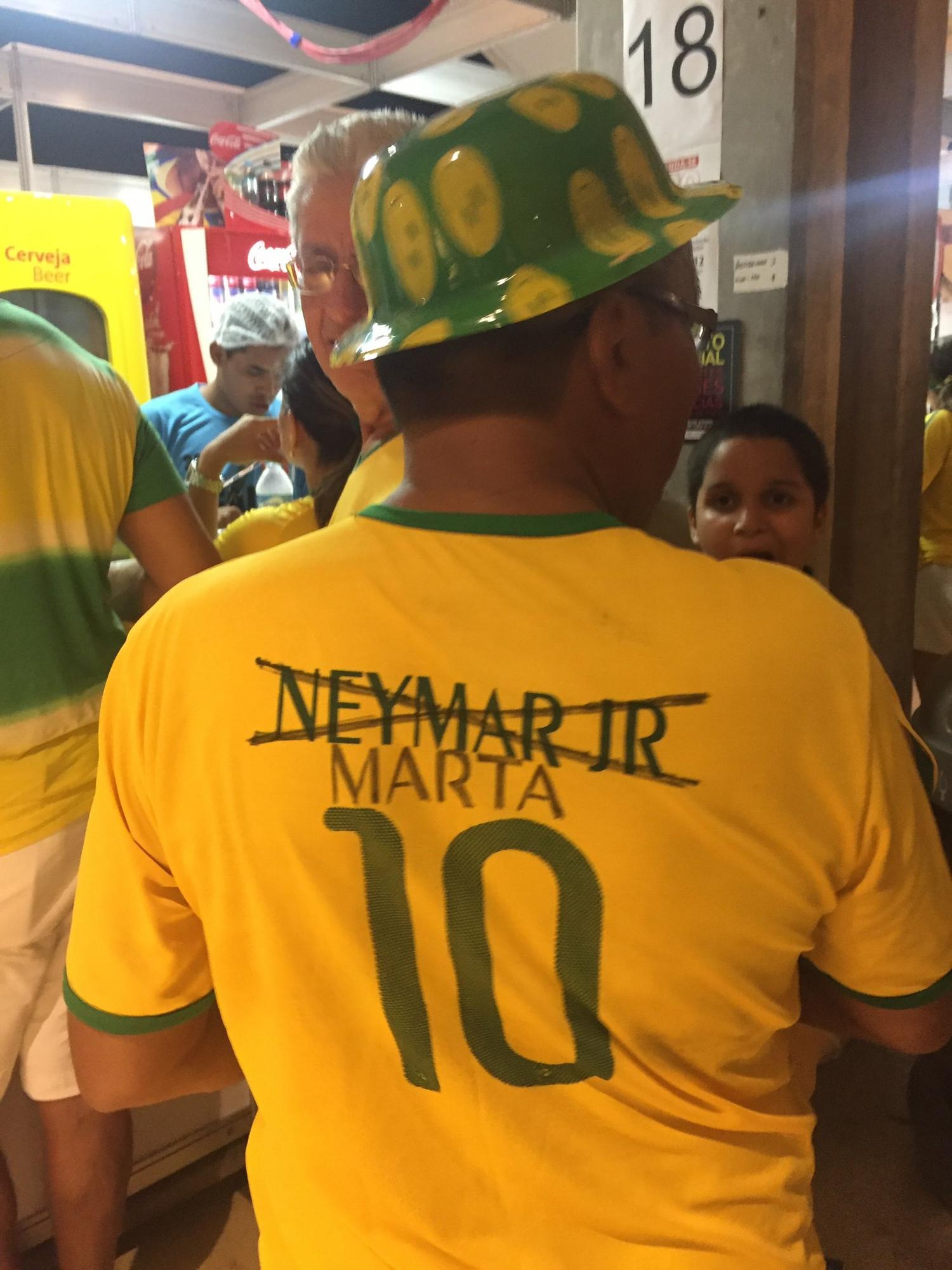 4b7b8611d4029 Virou moda  torcedores em Manaus trocam Neymar por Marta em camisa