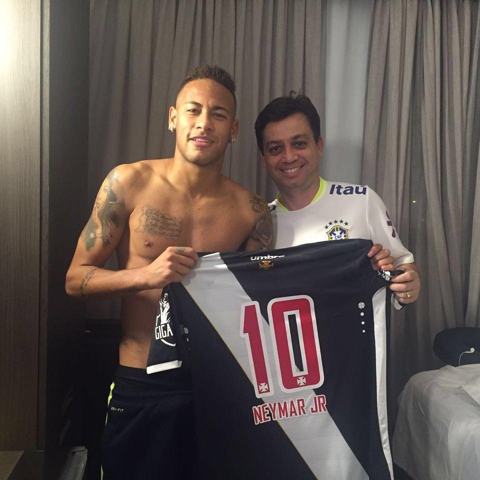 5032e87f6dce2 Ídolo nacional  Neymar coleciona camisas de clubes ao longo dos Jogos