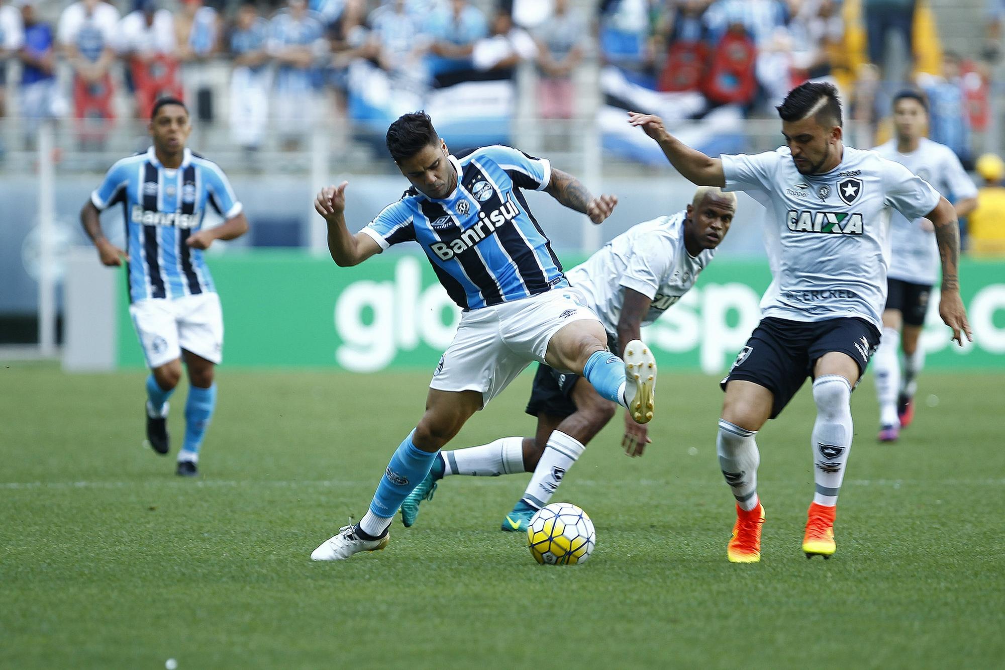 Grêmio libera trio e monta