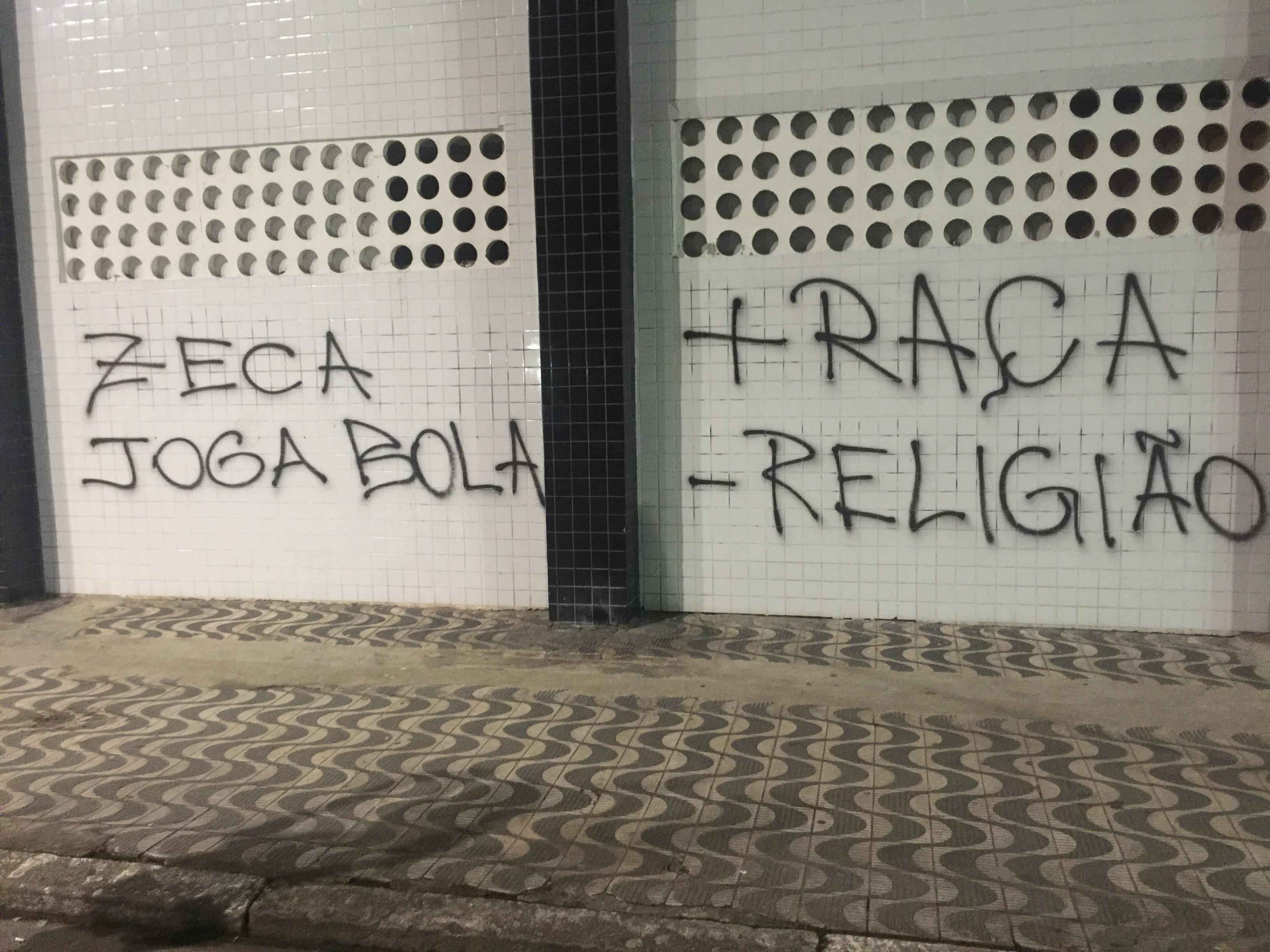 Muro da Vila Belmiro é pichado após derrota para o Palmeiras em clássico 6ad4caaaf6720