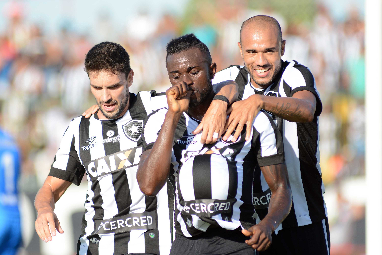 90ba0e37c0 Bota vence Bangu e entra na zona de classificação para semifinal do Carioca