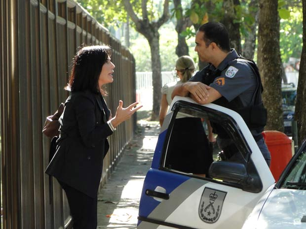 Norma diz ao policial que Marcio é traficante