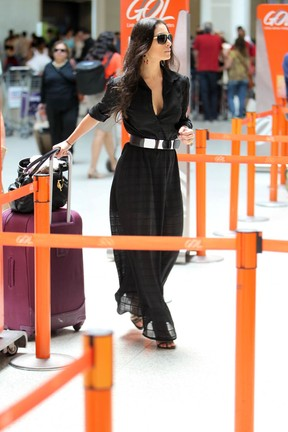 Franciely Freduzeski no aeroporto (Foto: Leotty Junior / AgNews)