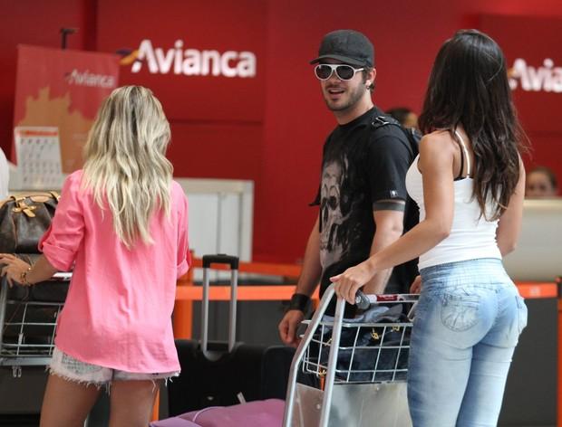 9bc6a1347 Max Porto no aeroporto cercado de mulheres (Foto  Henrique Oliveira    FotoRioNews)