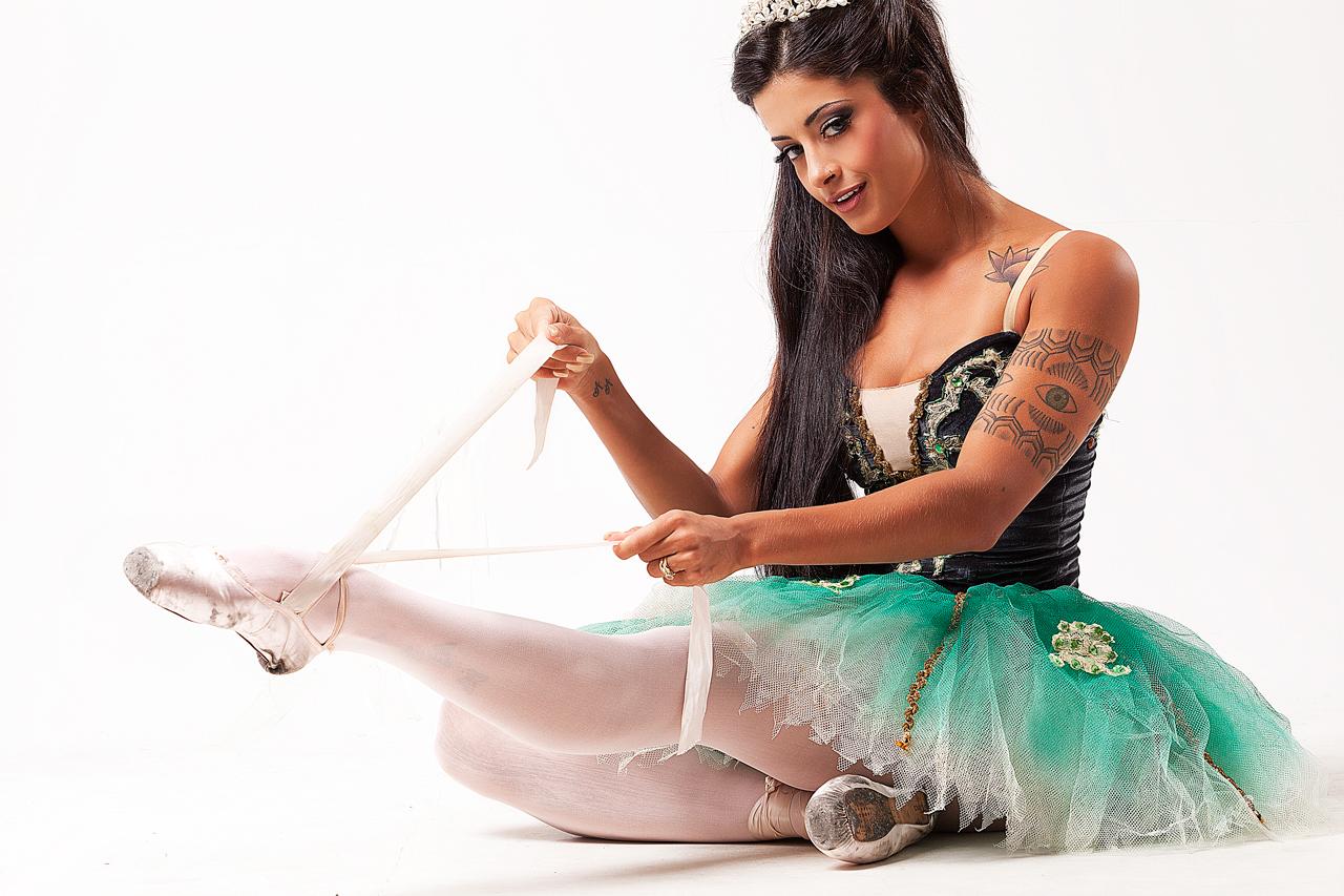 Aline Riscado Playboy aline riscado posa para ensaio fotográfico vestida de