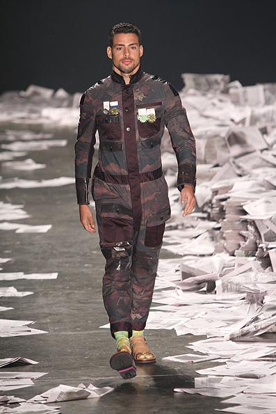 503b07481 Com Cauã Reymond, Alexandre Herchcovitch desfila coleção masculina com  inspiração militar na SPFW