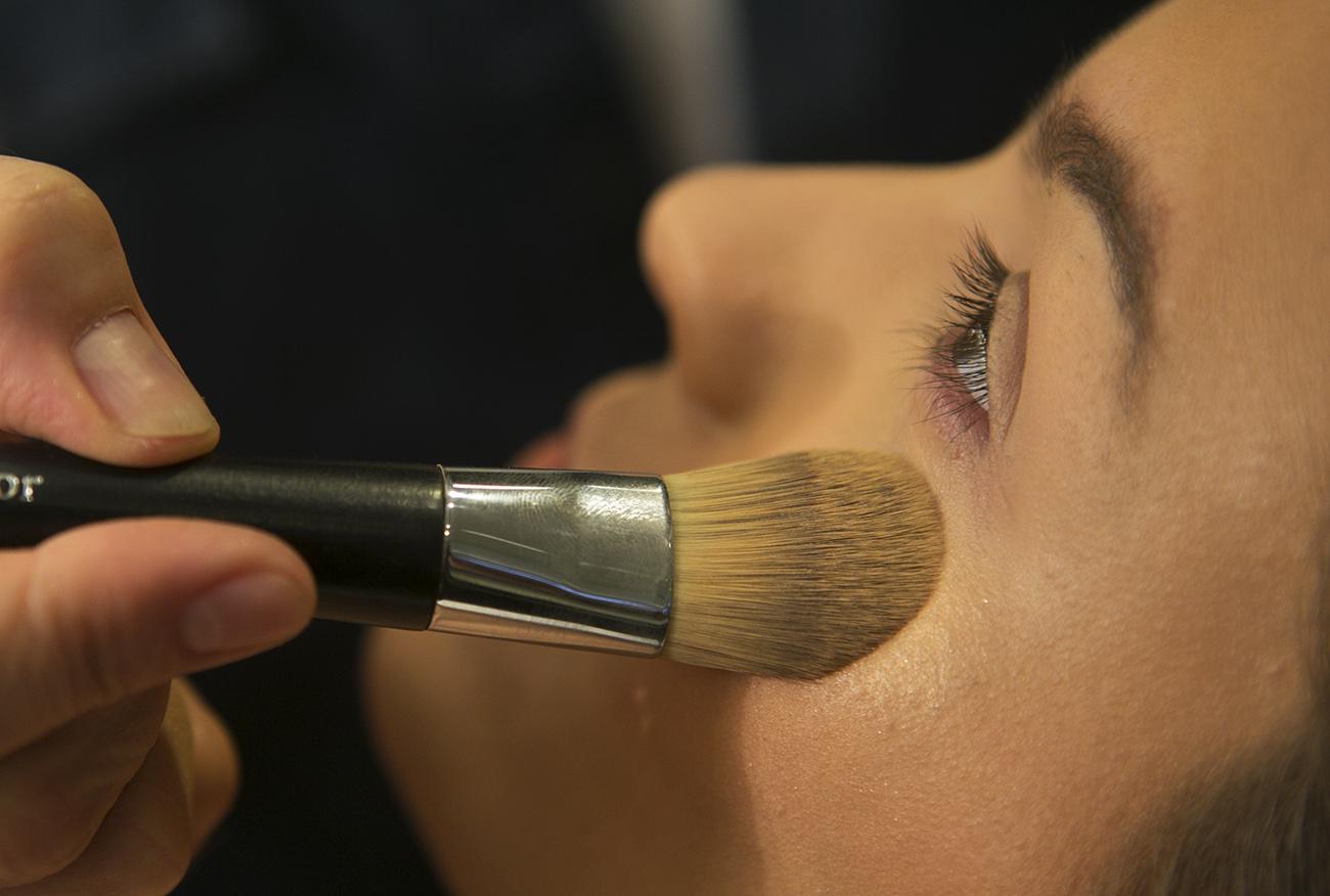 Maquiador mostra passo a passo de make que será tendência no verão