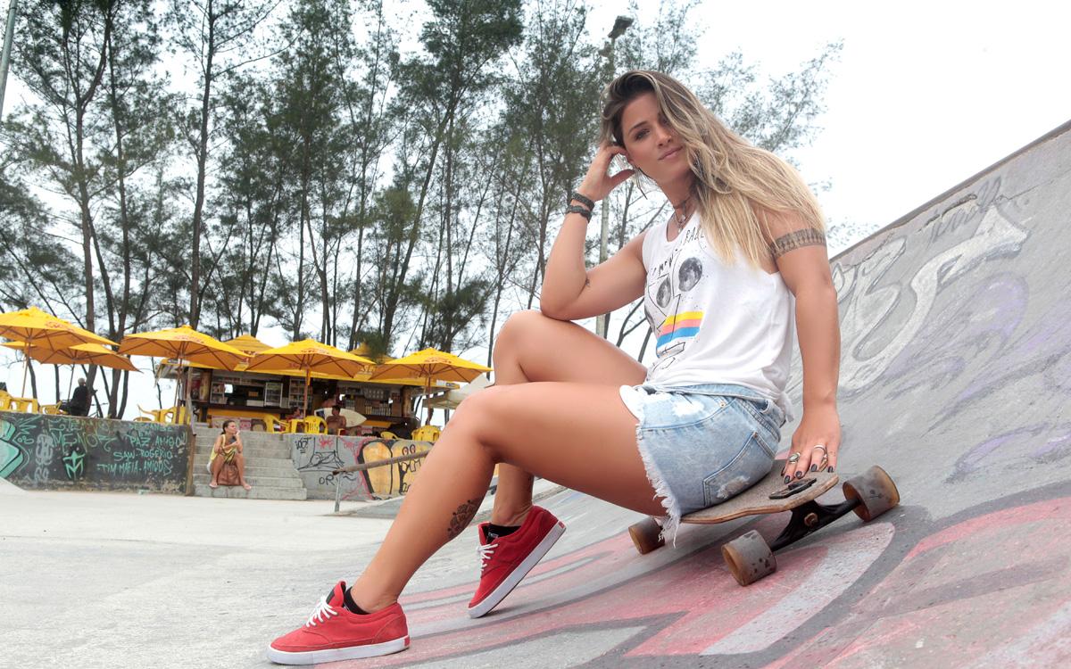 Angela Pelada angela sousa posa em dia de surfe e skate e conta que vai