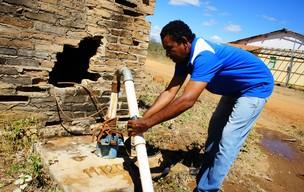 Seu João mostra poço artesiano secando no assentamento Manoel Dias, em Muquém de São Francisco (BA) (Foto: Glauco Araújo/G1)
