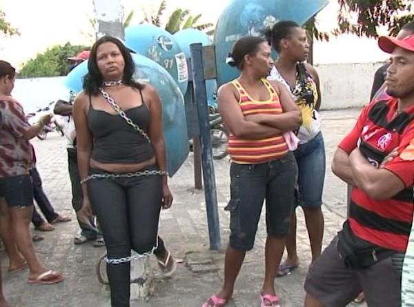 mulher acorrentada (Foto: Reprodução/TV Subaé)
