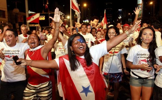 Eleitores festejam em Belém o resultado do plebiscito no Pará, que rejeitou a divisão do estado (Foto: Raimundo Paccó / Frame / Agência Estado)