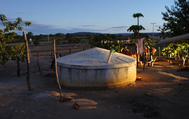 Cisterna construída no povoado de Pedrinhas, em Muquém de São Francisco (BA), com recursos do Ministério da Integração (Foto: Glauco Araújo/G1)
