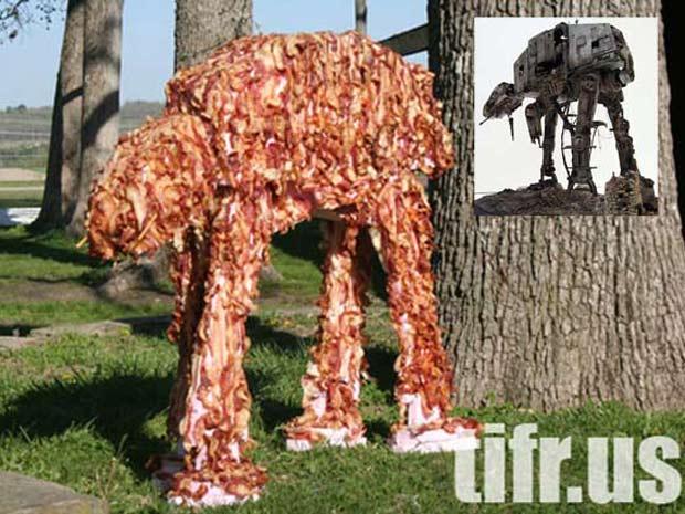 Versão do robô AT-AT de Star Wars feita de bacon. No detalhe, a máquina inspiradora.