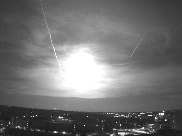 Um meteorito que caiu na terra deixou um rastro de luz e se desintegrou em um grande clarão no meio-oeste americano. Uma webcam instalada no telhado de uma universidade na cidade de Madison, no estado de Wisconsin, registrou o momento. A luz chegou a ser