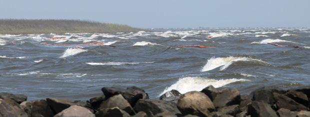 Guarda Costeira dos EUA monta barreira de contenção na costa da Louisiana