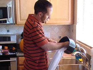 Kevin Cotter usa vestido de casamento como pano de prato