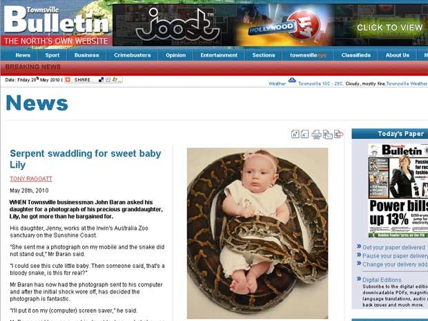 Lily, de quatro meses, posa com cobra de quatro metros.