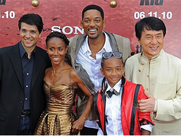 O ator Ralph Macchio (de 'Karatê kid' original, de 1984) posa para foto ao lado dos atores Jada Pinkett Smith, Will Smith, Jaden Smith e Jackie Chan, em evento de lançamento do remake do clássico dos anos 1980.