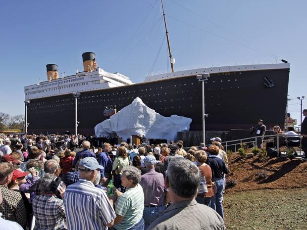 Turistas fazem fila para entrar no museu