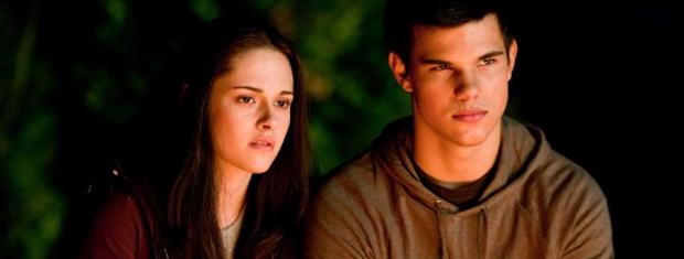 Kristen Stewart e Lautner em cena do novo filme: cresce  tensão entre personagens.