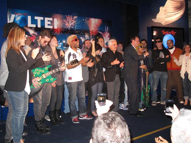 O prefeito Eduardo Paes e alguns músicos brasileiros comemoram a coletiva de imprensa que marcou a apresentação oficial da quarta edição do Rock in Rio no Brasil.