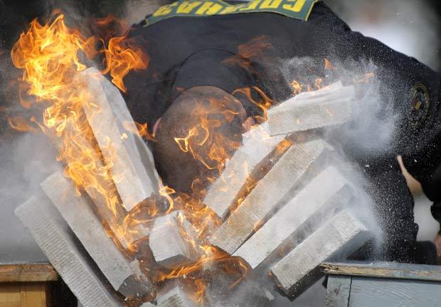 Soldado quebra bloco de concreto em chamas com a cabeça.