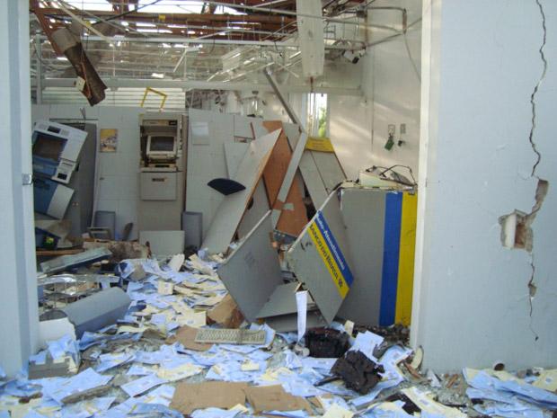 Os caixas eletrônicos atingidos pela explosão também foram roubados.
