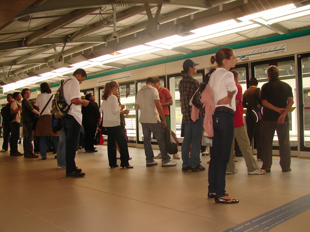 Passageiros aguardam trem na plataforma da estação Tamanduateí