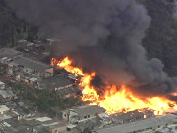Incêndio atingiu grande área de favela na Zona Sul de SP