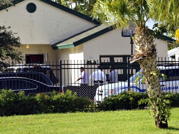 Policiais de Riviera Beach, no estado americano da Flórida, trabalham na casa que foi palco de uma chacina nesta segunda-feira (27). Patrick Dell, de 41 anos, matou a tiros sua ex-mulher, Natasha Whyte-Del, e os quatro filhos que ela tinha de outros relacionamentos. Depois, ele se matou, segundo a polícia. As crianças tinham idades entre 10 e 15 anos. O homem poupou os dois filhos biológicos que tinha com a mulher e que também estavam na casa. Um outro filho de Natasha foi ferido e está hospitalizado.