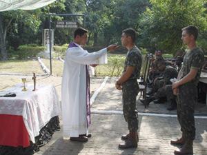 G1 - Capelão das Forças Armadas também recebe treinamento militar ... b87c9e87c0cad