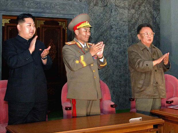 Foto divulgada por agência oficial norte-coreano nesta segunda-feira (11) mostra Kim Jong-il (à dir), e seu filho Kim Jong-un (à esq), durante as festas de 65 anos do país, celebradas na véspera. No centro, está o principal comandante do Exército do país, (Foto: AP)