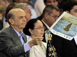 Ao lado da mulher, Serra acompanhou missa no Santuário Nacional