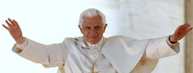O Papa Bento XVI sauda os fiéis durante sua audiência semanal no Vaticano nesta quarta-feira (27).