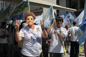 Militante com máscara de Dilma durante a concentração
