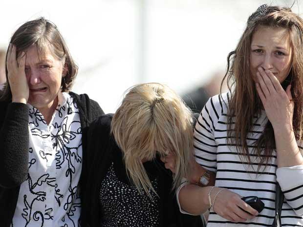 Familiares dos trabalhadores soterrados na mina de carvão Pike Rio choram depois que autoridades confirmaram que mineradores não sobreviveram ao acidente.