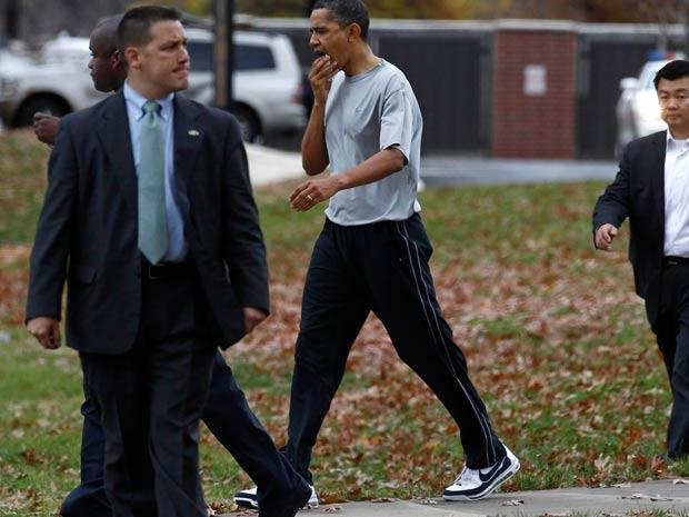 Barack Obama caminha com a mão na boca após levar pancada durante jogo de basquete