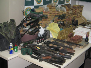 Polícia Civil apreendeu 132 dinamites, drogas, munições, coletes e armas