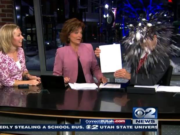 Momento em que o apresentador Ron Bird é atingido.