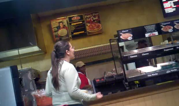 Garota foi filmada xingando funcionários de restaurante.