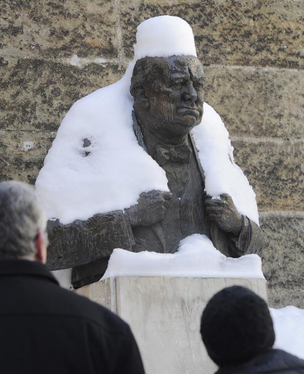 G1 - Nevasca deixa estátua de Churchill com  casaco e chapéu ... d8173f82f29