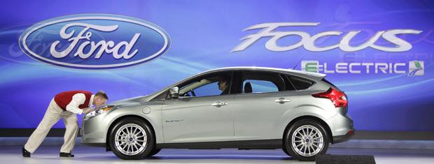 Mulally Beijou O Capô Do Ford Focus Electric Durante A Apresentação Em Las Vegas