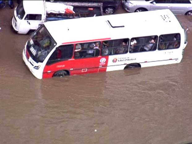 Ônibus fica ilhado na Zona Leste